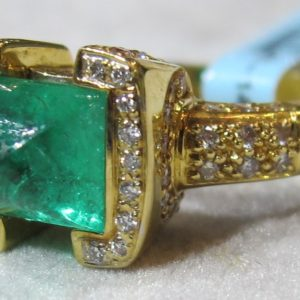 18 KT Yellow Gold Ring with Diamonds and Featuring a Cabachon Emerald